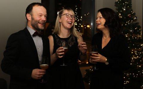 Kinn Bryggeri har gode tider. Her frå 10-årsjubileet i 2019.  Espen Lothe, Oda Valle, som står bak etikettane og den grafiske profilen, og Ann Magritt Banne.
