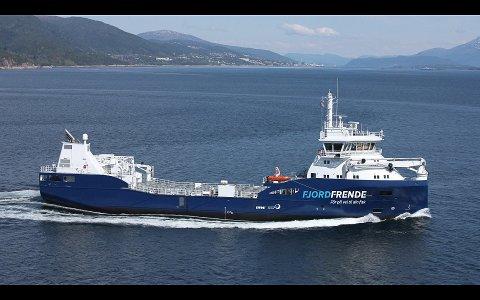 Skipa som skal frakte Ewos og Skretting sitt fôr, skal segle under namnet «Fjordfrende» fordi selskapa meiner det handlar om å gå saman for fjordvennleg transport. Illustrasjon: Skretting