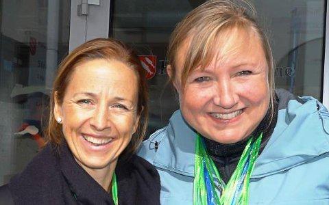TIL GATA: Siri Stavang og Bente Nilsen frå Flora Frivilligsentral vil ha folk i gata under Frivillig Florø på laurdag. Dei lokkar mellom anna med høve til å byte klede på Haffen.