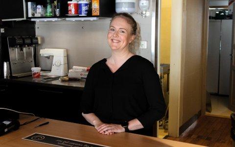 Tonje Fimland Nordal opnar Aroma Kafe igjen denne laurdagen etter å ha halde stengt i fleire veker. Ho har færre bord og set si lit til at folk held seg til gjeldande reglar.