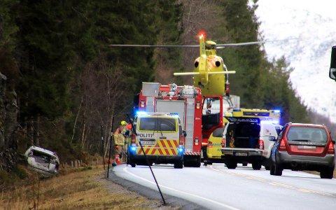 ULYKKE: Ein bil med to personar køyrde utfor ved Indre Totland, ikkje langt frå Bryggja i Nordfjord.