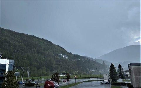 SVART: Plutseleg vart himmelen svart over Førde søndag ettermiddag.
