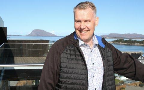 BLID: Thor-Arne Ullaland har selt den vestvende toppleilegheita i Notøbakken for vel ti millionar kroner, medan naboleilegheita gjekk for like under ni.