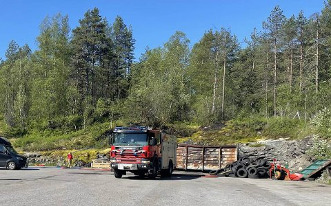 TOK FYR: Torsdag morgon tok det fyr nær ein konteinar på Skilbrei. Det tok til å brenne i skogholtet.