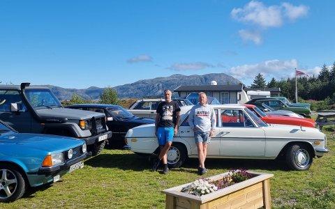 RÅNETUR 2021: Johnny Lyngve Navelsaker og Arild Hoddevik arrangerte Rånetur til Sunnfjord. 16 ulike bilar var med, her står dei parkert på Lammetun Camping.
