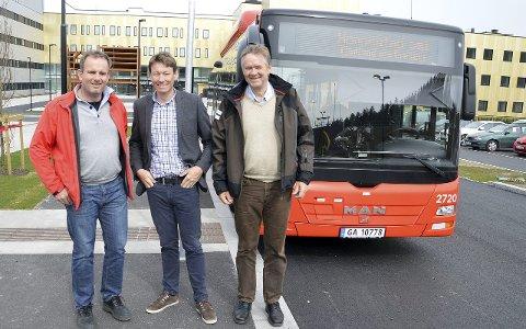 BUSS MED PULS: Markedssjef Kjetil Gaulen (t.v), leder av Samferdsel-, miljø- og klimakomiteen i fylkeskommunen, Olav Moeog og direktør Børre Johnsen i Østfold kollektivtrafikk var spente da kollektivløftet ble presentert i 2015.
