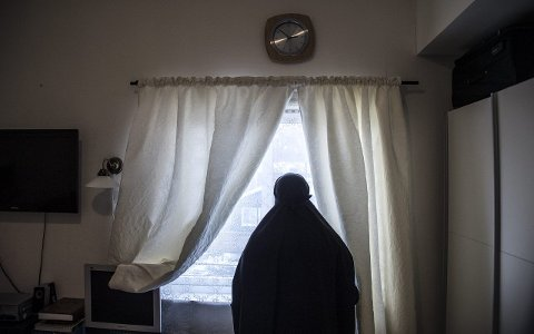 USIKKER FREMTID: Leila Abdi Yusuf har bodd i Fredrikstad i ti år mens hun venter på endelig svar på oppholdstillatelse. Nå er hun bekymret for hvor hun vil bli flyttet etter at det ble kjent at Veumalléen asylmottak skal stenges. FOTO: Geir A. Carlsson