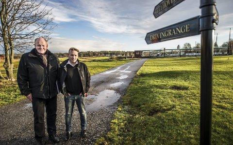 STÅR SAMMEN: Arild Bekken (til venstre) og Pål Høyum håper at Fredrikstad Golfpark har livets rett også i frremtiden. Foto: Geir A. Carlsson