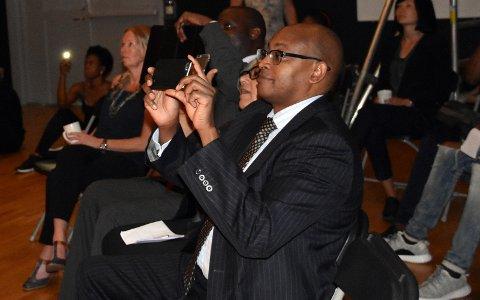 Kenyas ambassadør Joseph K. Sang lar seg imponere av dansere fra Kenya og Mosambik