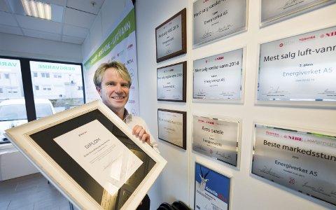 NYE PRISER: To ganger den siste tiden har daglig leder Richard Granskogli tatt imot priser på vegne av Energiverket i Råde. Foto: Jan Erik Skau