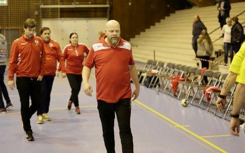 TYNT BESATT: Christer Karlsson håper å få flere spillere friskmeldt til helgens kamp mot Oppsal. Foto: Harry Johansson