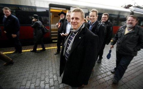 Lang kamp: Råde-ordfører René Rafshol på en av mange politikermarkeringer for ny jernbane i Østfold. Nå ser det ut til at Råde ikke får ny stasjon før tidligst i 2027. (Arkivfoto: Moss Avis)