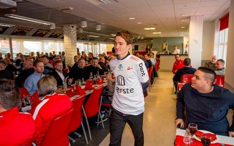 PÅ PLASS I FREDRIKSTAD: Her er Jakob Lindström på plass på Fredrikstad Stadion. 26-åringen har skrevet en toårsavtale med FFK og ble presentert på FFK, FBK og Stjernens årlige julelunsj onsdag.