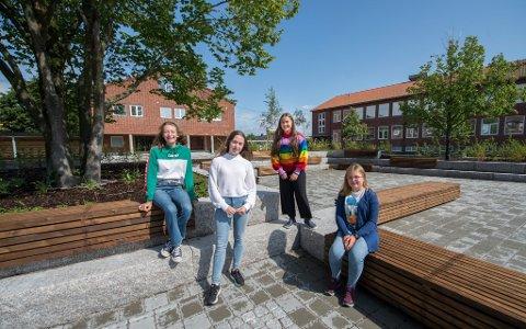Imponerte: Sunniva Rosenvinge Grell (fra venstre), Tir Hera Bull-Hansen, Nadia Gjølstad og Julie Kristine Kihl synes Gressvik ungdomsskole er blitt veldig fin etter oppgraderingen. Uteområdet med benker og beplantning er helt nytt.