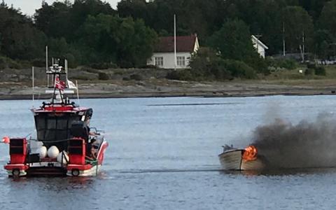 GIKK I RING: Redningsskøyta slukker brannen i den løpske båten i Herføl Marina.