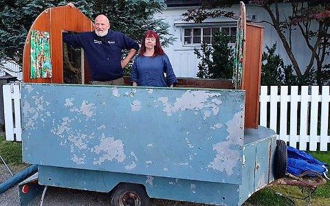 ET FUNN: Sten Hellberg og Maya Nielsen kom over en gammel campinghenger fra Tune Trapp og Treindustri på Finn.