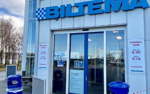 STENGT DØR: Dette møtte kundene som kom for å hente varer hos Biltema 2. påskedag.