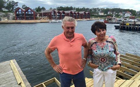 Ekteparet Lars Sigvart og Inger Gran Andersen er stolte over sjøhusene de har bygd på tomten etter Engelsviken Canning. Selv bor de tvers over bukta, og selskapene deres har kontorer i næringslokaler i første etasje.