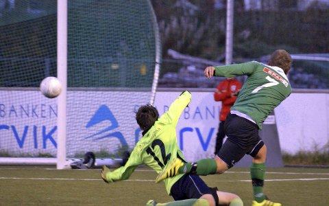 Banket inn mål: Jonas Svendsen setter inn 0-1 til bortelaget. Foto: Jan Westby.