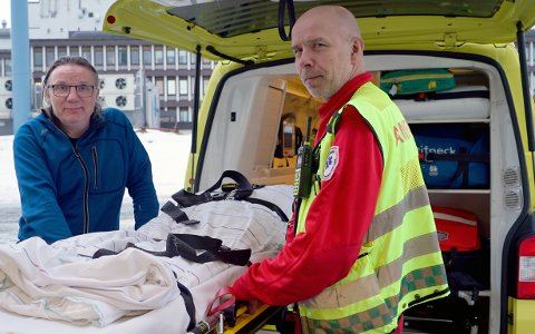 Truls Hofstad (bak), Knut Haugen og resten av ambulansemannskapene i Narvik har satt 5.000 kroner av egne midler inn i en innsamlingsaksjon for hjertekompreasjonsmaskin som både kan brukes i ambulansen og inne på sykehuset. Nå håper de flere blir med.
