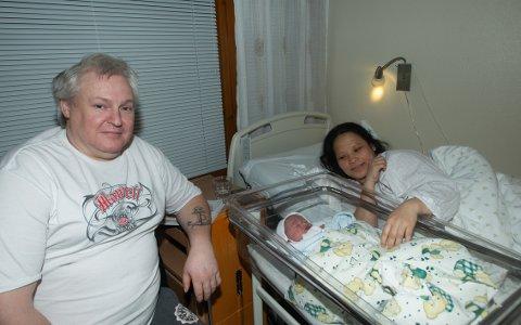 TAKKNEMLIG: - Ambulansen er viktig. Nå fikk vi virkelig se. Hadde det ikke vært for at vi hadde sykebilen der ute, så hadde ungen blitt født på kjøkkengulvet, sier Hermod Eide. Her sammen med den nyfødte og kona Rosalyn Eide.