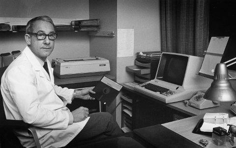 Dr. Ivar Pettersen fotografert i desember 1980, med sitt Philips pasient- og journal-system. Et bilde som bra illustrerer inntoget av data på 80-tallet.