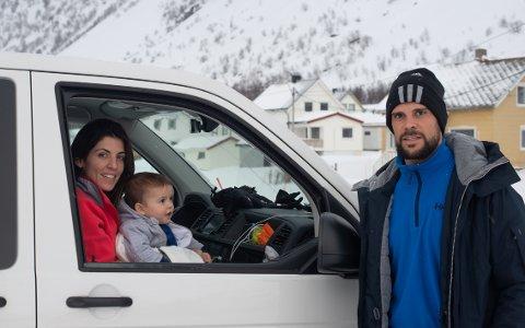 TATT AV SNØRAS: Iris og Marc Vales tok sønnen Nathan med på en todagers sightseeing på Senja. Mandag ble bilen tatt av et snøskred idet de kjørte ut av tunnelen på Bergsfjord-siden.