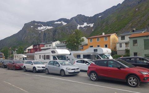 FERGEKØ: Også ved fergeleiet i Gryllefjord var det kun norske og finske biler, men likevel mange som reiser.