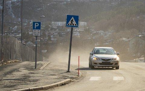 STORE MENGDER: Hver høst og vår er svevestøvet merkbart i Narvik. For å bøte på det har Narvik kommune søkt Statens vegvesen om lavere fartsgrense på E6, men har fått nei til svar.