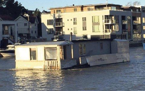 FJERNES IGJEN: Etter nærmere fire år sentralt i Fredrikstad ble husbåten tauet bort da  57-åringen kjøpte den. Nå blir den tauet bort igjen. Foto: KNUT ANDERS BLYSTAD