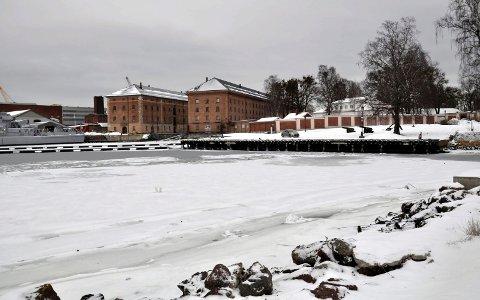 USIKKER: I Indre havn og ved Sykehusbrygga har isen delvis lagt seg.