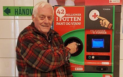 REDNINGEN: At folk panter flaskene sine og velger å ta sjansen på å vinne en gevinst, er redningen for Horten Røde Kors i et vanskelig år. Det setter lokal leder Ove Johan Bjørkavåg stor pris på.