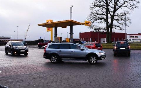 BILLIG: Flere steder i Horten, som her ved Uno-X ved Rema 1000 i Lystlunden, har bilistene stått i kø for å tanke billig bensin og diesel.
