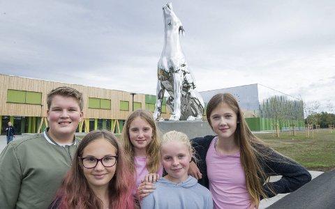 KJEMPEFIN: Det er «dommen» fra disse fem på åttende trinn. Fra venstre Alexander Taje, Aurora Rosland, Emilie Marí Pedersen Greger, Thea Gjølstad og Anine Langrekken.