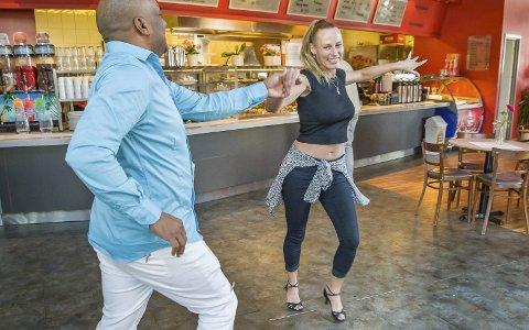 Danseglede: Elin Svendsen og Jorge Luis Chacon serverte salsadans på gulvet       utenfor kafédisken. Han er fra Havanna på Cuba og har nå bodd 10 år i Brumunddal. BILDER: JENS HAUGEN