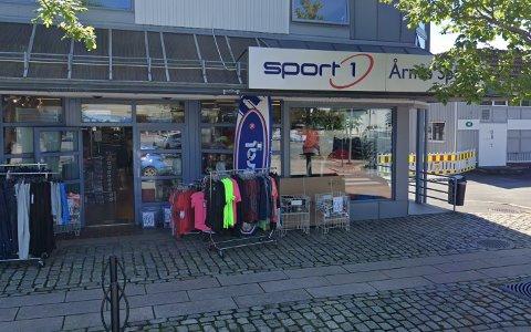 KNUSTE RUTE: Tyvene knuste ei rute og tok seg inn i sportbutikken på Årnes i løpet av natta.