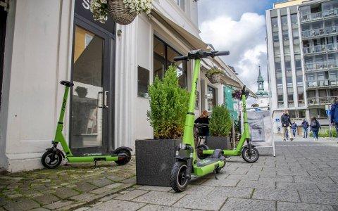 Selskapet Ryde bruker offentlig grunn, som her i Gågaten, til å drive sin virksomhet på linje med varelevering, tungtransport, sykkelbud og guidede tjenester. – Ikke sammenlignbart, mener Bergen kommune og krever utleiestans av de grønne løperhjulene.