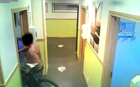 Her går mannen som mistenkes for å ha fjernet sikkerhetsglasset inn på rom nummer ni i solstudioet til Brun og Blid på Wilbergjordet.