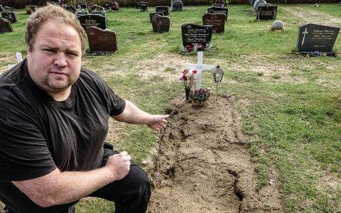 VONDT: – Det har vært vondt å se graven til faren min slik i mange uker nå, sier Ola Nystuen.