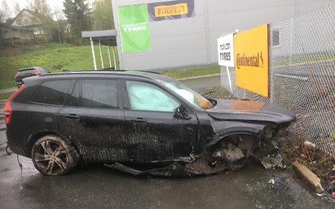 VRAK: Skadene på bilen vitner om at farten var høy da ferden endte i grøfta.