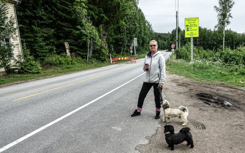 EN LUFTETUR: Hilde Lundberg bor like ved grensa og tar daglig en luftetur til grensa. Hun forteller om veldig lite trafikk.