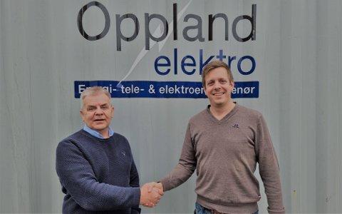 Ove Midtenget (t.v.) og Aslak Andersen etter at avtalen mellom Oppland Elektro og Otera Infra ble signert.