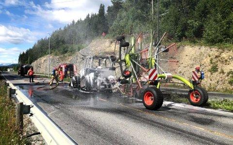 KRAFTIG: Det brant kraftig i en traktor på fylkesvei 51 i Øystre Slidre søndag.