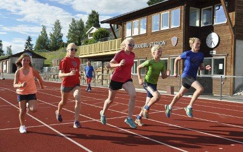 I STEGET: Maria Elvestuen (til venstre), Anne Amilie Nymoen, Lotta Fallingen, Helge Wirstad Dynna og Gudbrand Wirstad Dynna kjører intervalldrag.