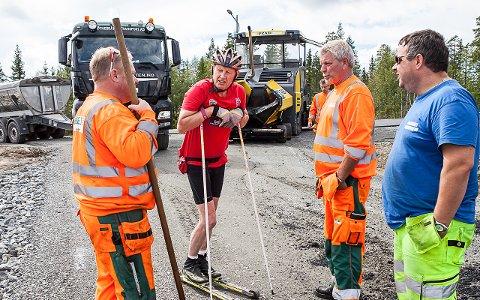 FORNØYD: Sigmund Hagen er en del av dugnadsgjengen og har snikprøvd rulleskiløypa. Her er han i prat med asfaltkara.