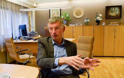 HJELPETILTAK: Banksjef i Sparebank 1 Ringerike Hadeland, Steinar Haugli, forteller om lokale hjelpetiltak.