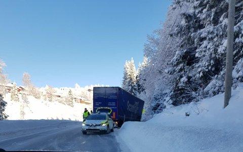 KJØRT UT: Et vogntog har kjørt ut på Grua.