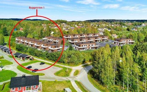 FØRSTE BYGGETRINN: De ti kjedede eneboligene i byggetrinn en er markert med rød sirkel. Det er planlagt i alt 28 eneboliger og leiligheter i Trulserudvegen boligsameie.