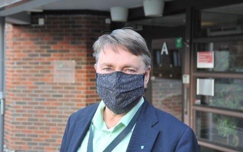 STRAMMERTIL:Fungerende ordfører Inge Solli med munnbind utenfor Nittedal rådhus.