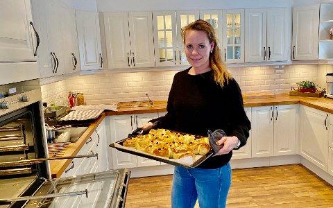 LUSSEKATTER: Mens avisen er på besøk, er Hege Nyhus (36) i full sving med å bake lussekatter.